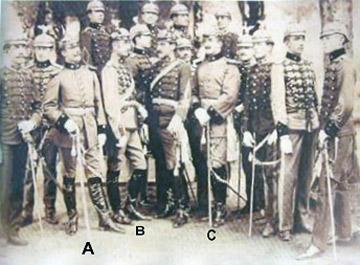 Instructeurs chiliens en Équateur (première mission militaire 1901-1906):  A) Lieutenant Julio Frazini, B) Lieutenant Luis Bravo et C) Capitaine Ernesto Medina Les autres officiers, comme le montre leurs casques surmontés d'un condor, sont équatoriens.  (cliché Général Alejandro Medina Lois)